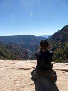 Unsere Urlaubsberaterin Tanja genießt die Aussicht über den Grand Canyon