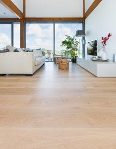 Blanke houten vloer op vloerverwarming