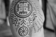 славянские тату на плече
