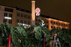 Feuerwehr stellt den Christbaum aus Steingaden am Marienplatz auf 2020