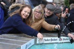 Ulrike Grimm, Gabriele Neff, Otto Seidl (von li. nach re.), Geldbeutelwaschen am Fischbrunnen in München 2020