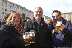 Cornelia Reissl (li.), Alexander Reissl (Mitte), Geldbeutelwaschen am Fischbrunnen in München 2020