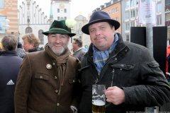 Armin Jumel und  Andreas Griebl (re.), Geldbeutelwaschen am Fischbrunnen in München 2020