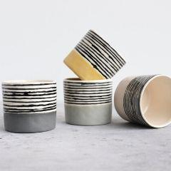 Die Tassen aus Keramik sind sehr modern.