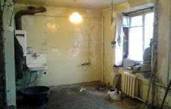 Старый дом и такая же квартира, где нужен капитальный ремонт.