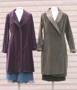 Zwei Mäntel aus Baumwollsamt