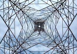 Strommasten: von unten fotografiert