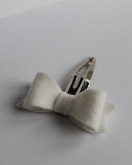Haarspeldje witte vilten strik
