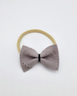 Nylon haarbandje met grijze fusilli strik