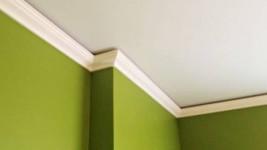 Как правильно резать потолочный плинтус?