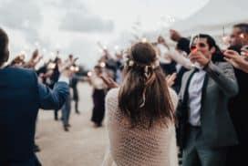 orkiestra weselna gra gdy młodzi wchodzą na sale weselną