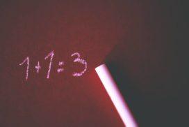 Błędy finansowe symbolizowane błędnym oddawaniem 1+1=3