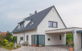 modernes Haus mit einem Satteldach
