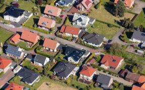 Wohnsiedlung mit verschiedenen Dachformen