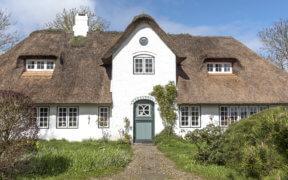 Das Reetdach verleiht Häusern ein traditionelles Äußeres