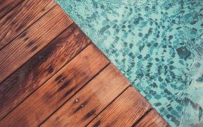 Ein Pool mit Holzterrasse.