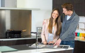 Junges Paar will eine Küche kaufen.