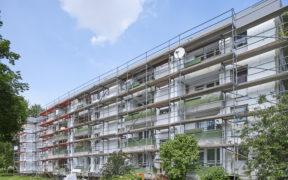 Energetische Fassadensanierung eines Wohnhauses, vor der Fassade steht ein Baugerüst