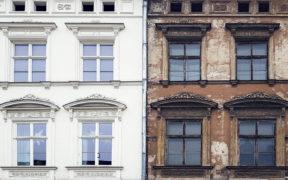 Fassadensanierung eines Altbaus - rechts mit brauner, bröckelnder Fassade und links die neue Fassade mit weißem Anstrich