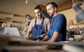Zwei Männer überlegen Werbung im Handwerk für ihren Betrieb.