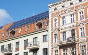 Altbau mit Photovoltaikdach in Berlin