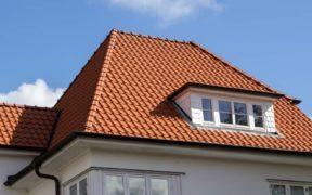 Dach mit roten Tondachziegeln und einer Gaube