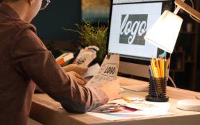 Grafikdesigner erstellt ein Logo für seinen Kunden.