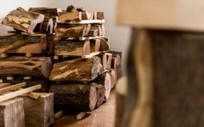 Wenn Sie einen Kamin besitzen, müssen Sie Brennholz richtig lagern.