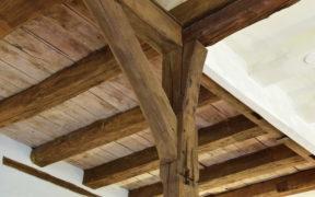 Eine Holzdecke mit Holzbalken.