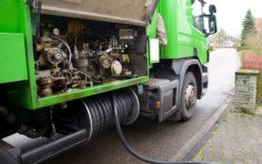 Heizöl wird in einem grünen LKW geliefert