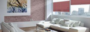 Woonkamer met witte bank en roze plissé gordijnen