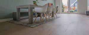 Openspringende noesten en droogtescheurtjes in een houten vloer
