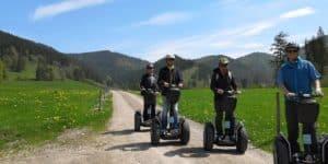 Segway Fahrer im Frühling in den Bergen