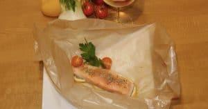 Lachsfilet mit Gemüse in Papier