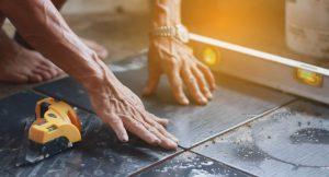 Welche Materialien und Hilfsmittel sind für die Installation Ihrer Schlüter Schiene notwendig? Tipp zum Bau kennt die Antwort.