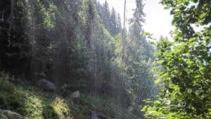 Schleier aus Wassertropfen hinter dem Wasserfall