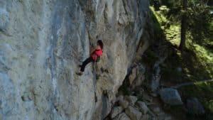 Kletterin am Seil mit Kletterhaken