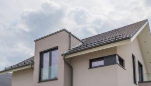Modern mit der Flachdachgaube auf dem Dach