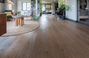 Gerookte vloer met warme uitstraling