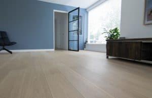 Geschuurde witte vloer