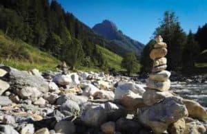 Steintürme am Bachbett mit Blick auf den großen Rettenstein