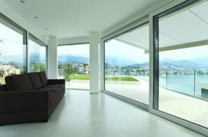 Große Panoramafenster zählen zu den beliebtesten Fensterarten für moderne Häuser