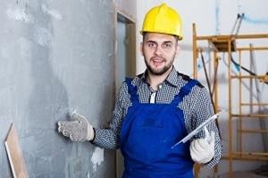 Bei komplizierten Arbeiten mit Grobputz empfiehlt Ihnen Tipp zum Bau, einen Maurer anzuheuern.