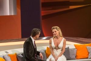 Markus Lanz und Michelle Hunzicker führen ein Gespräch auf der Couch