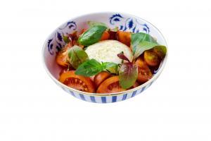 Salada de Tomate e burrata, vinagre balsâmico e manjericão fresco