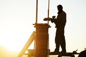 Tipp zum Bau erklärt Ihnen, von was die Höhe Ihres Leistungsschornsteins abhängt.