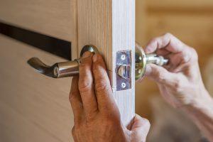 Knauf oder Klinke? Tipp zum Bau verrät Ihnen, was sich für Ihre Wohnungstür eignet.