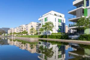 Moderne Mehrfamilienhäuser in einer Parkanlage