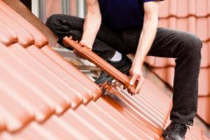 Der Dachdecker übernimmt die Dacheindeckung