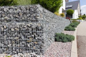 Gabionen bestehen aus losen Steinen in einem Gittergerüst.